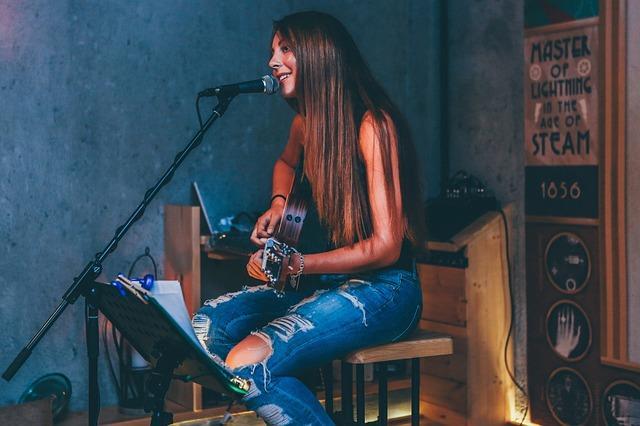 זמרת מקצועית שרה באולפן